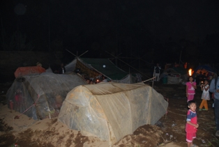 Cara warga mengatasi dingin adalah dengan membungkus tenda dengan plastik.